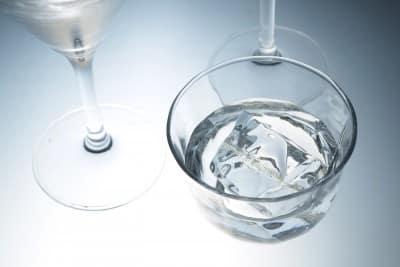 Woda źródlana czy woda mineralna?