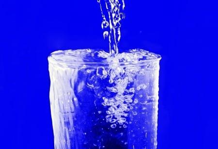 Ile wody piją Polacy? Raport PBS