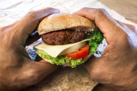 Czy wiecie ile kalorii kryje cheeseburger?
