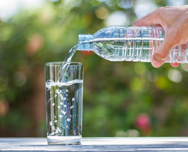 woda źródlana czy mineralna