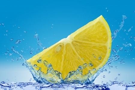 16 powodów, aby zacząć dzień od wody z cytryną