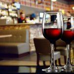Tyle samo wina w większym i mniejszym kieliszku – z którego napijesz się więcej?