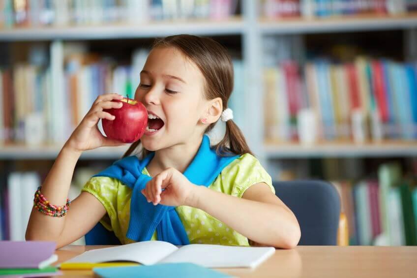 dziecko jabłko