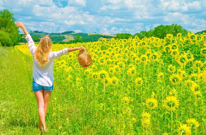 kobieta słoneczniki
