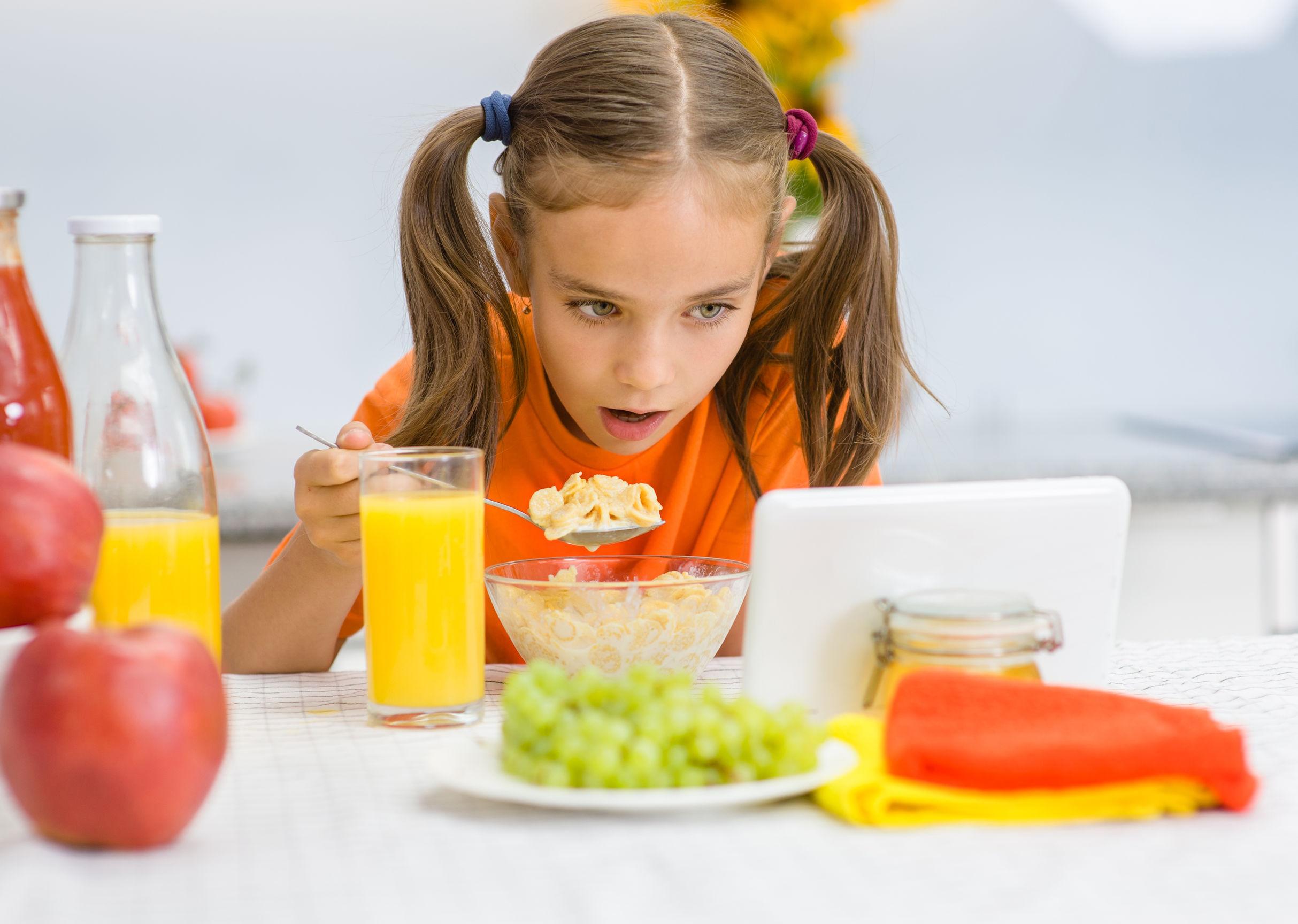 śniadanie dziewczynka tablet