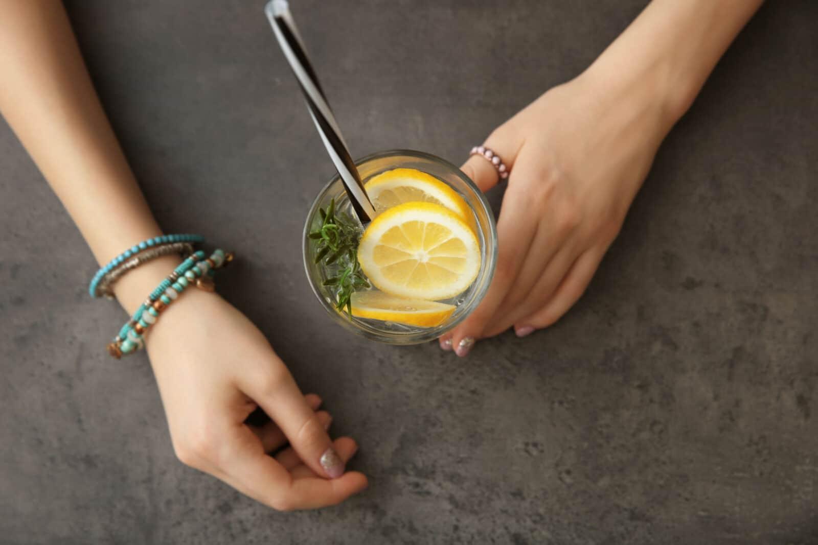 woda z cytryną szklanka