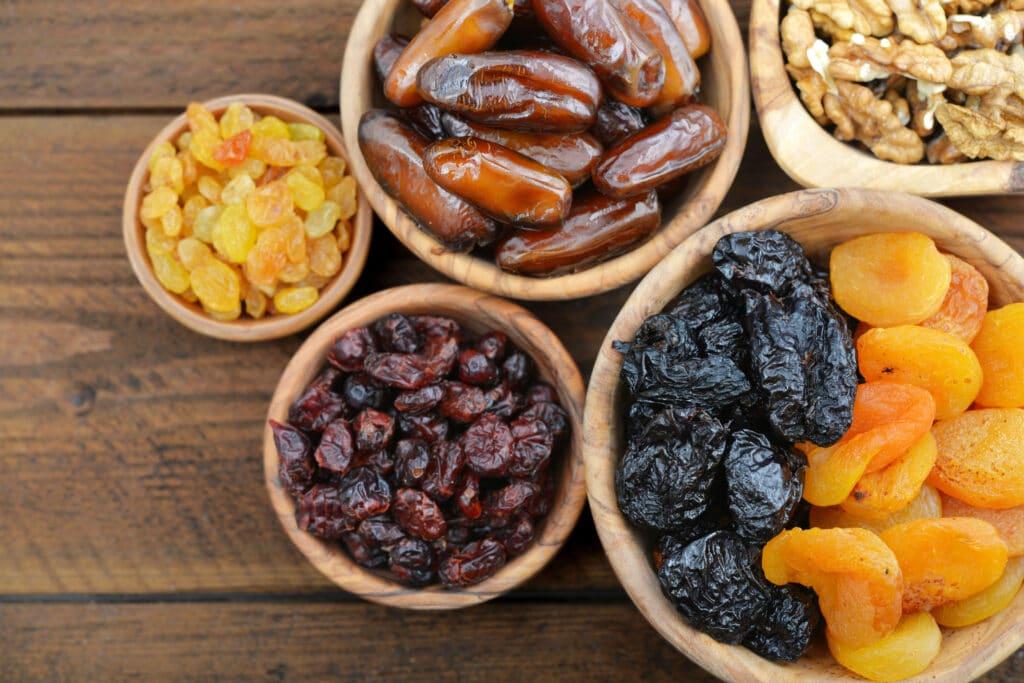 owoce suszone w miskach