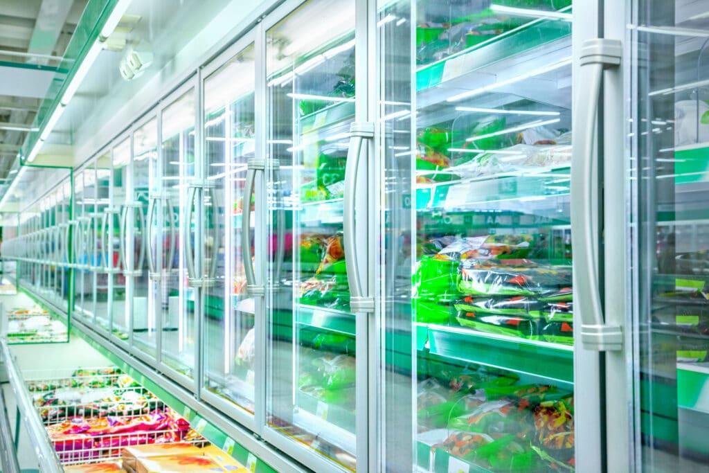 dział z żywnością mrożoną supermarket